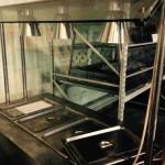 Особенности: Рабочая температура от +30 °C до +110 °C Подогреваемая емкость из нержавеющей стали для гастроемкостей Опоры выполнены из нержавеющей стали Освещение при помощи трех ламп Закаленное стекло навеса, 12мм Направляющие для подносов - по запросу Встроенный шкаф для посуды  Технические характеристики: Напряжение, В: 220 Мощность, кВт: 3 Рабочая температура, С: 30-110 Вместимость,  GN 1/1: 4 Материал отделки: нерж сталь Материал навеса: стекло, 12мм Опоры: 4 ножки Лампы подсветки, шт: 3 Встроенный шкаф для посуды: есть Габаритные размеры, ДхШхВ, мм: 1500х800х850+700